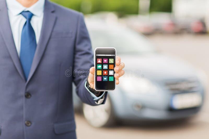 Ciérrese para arriba de hombre de negocios con el menú del smartphone imagen de archivo