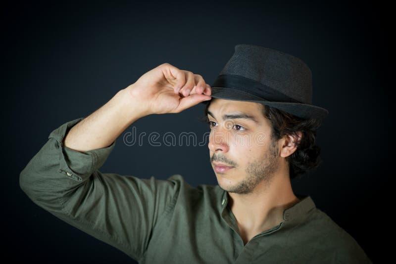 Ciérrese para arriba de hombre joven con el sombrero fotografía de archivo