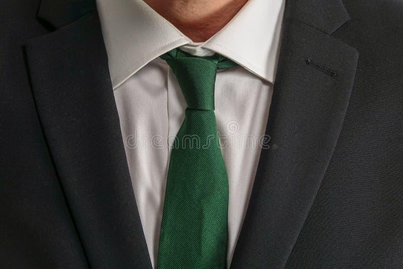 Ciérrese para arriba de hombre de negocios bien vestido en traje negro imagen de archivo