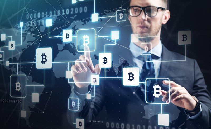 Ciérrese para arriba de hombre de negocios con la cadena de bloque del bitcoin imagen de archivo libre de regalías