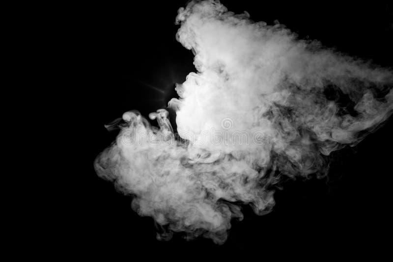 Ciérrese para arriba de humo del vapor en fondo negro imagen de archivo