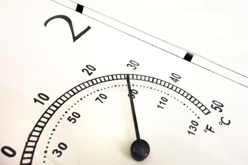 Ciérrese para arriba de indicador de temperatura del aire Escala en Celsius y Fahrenheit con la aguja negra y números Termómetro  fotografía de archivo libre de regalías