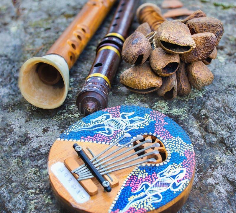 Ciérrese para arriba de instrumen de la música del tubo del kalimba, del traqueteo, de la flauta y del cuerno foto de archivo libre de regalías