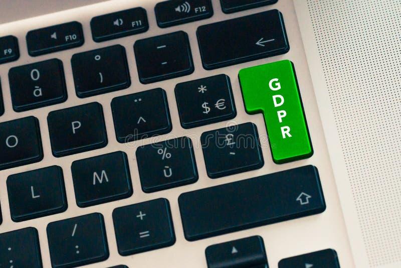 Ciérrese para arriba de keybord del ordenador portátil del ordenador con el botón verde GDPR en un concepto clave verde Datos de  foto de archivo libre de regalías