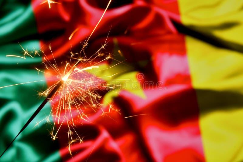 Ciérrese para arriba de la bengala que quema sobre la bandera del Camerún Días de fiesta, celebración, concepto del partido imagen de archivo libre de regalías