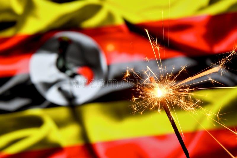 Ciérrese para arriba de la bengala que quema sobre la bandera de Uganda Días de fiesta, celebración, concepto del partido fotografía de archivo libre de regalías