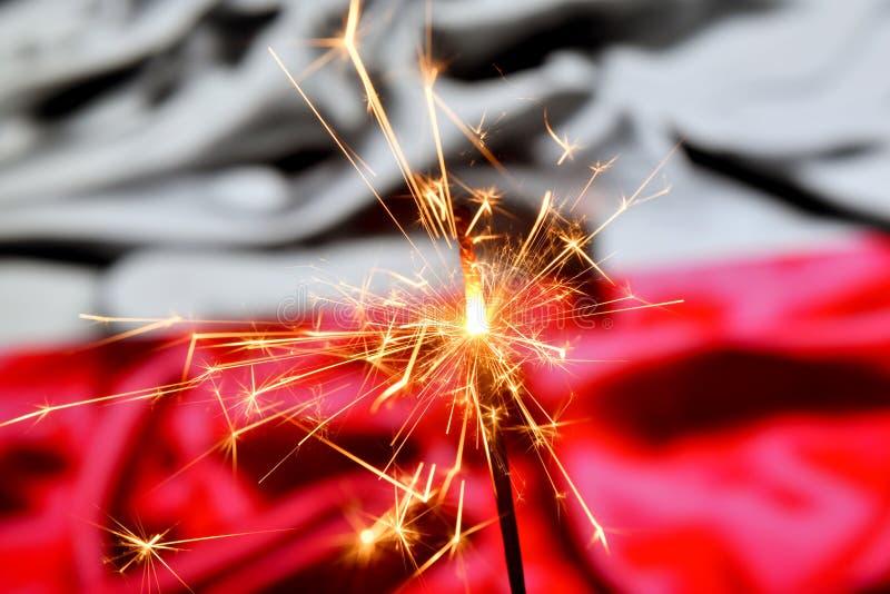 Ciérrese para arriba de la bengala que quema sobre Polonia, bandera polaca Días de fiesta, celebración, concepto del partido fotografía de archivo libre de regalías