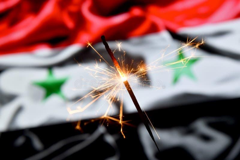 Ciérrese para arriba de la bengala que quema sobre Siria, bandera siria Días de fiesta, celebración, concepto del partido imagenes de archivo