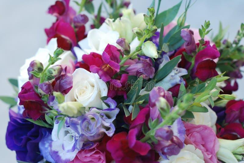 Ciérrese para arriba de la boda o del ramo nupcial Manojo de mezcla de la púrpura y del rosa de rosas y de otras flores Flores Fo imagen de archivo