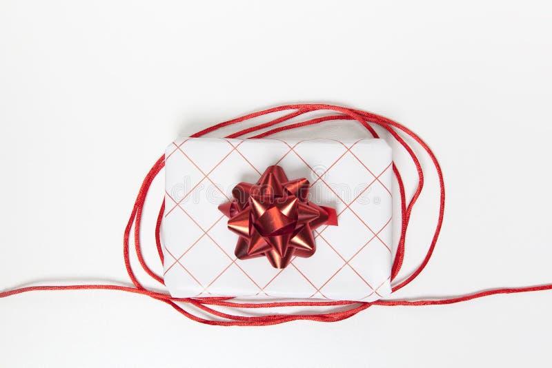 Ciérrese para arriba de la caja de regalo roja blanca hermosa en el fondo blanco Endecha plana, visión superior foto de archivo libre de regalías
