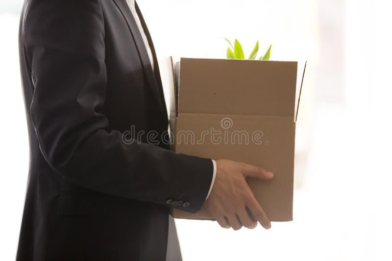 Ciérrese para arriba de la caja de la tenencia del hombre de negocios con los objetos personales fotografía de archivo libre de regalías