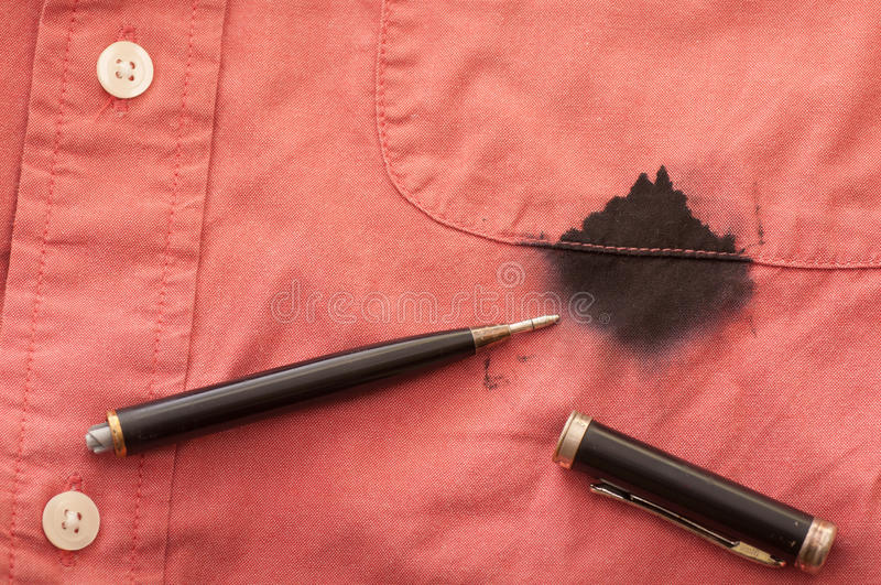 Ciérrese para arriba de la camisa manchada del hombre con la pluma quebrada fotos de archivo libres de regalías