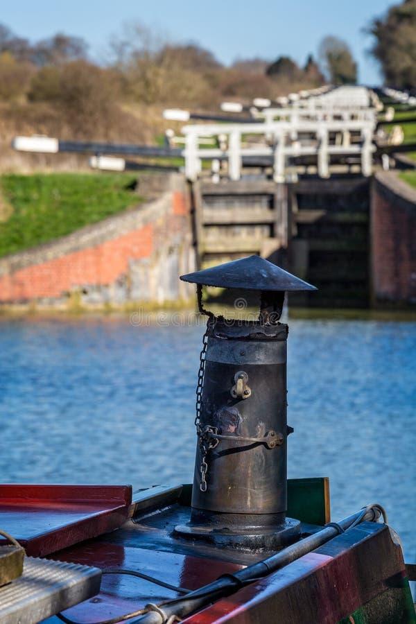Ciérrese para arriba de la chimenea del hierro del barco de canal con el vuelo de cerraduras fotos de archivo libres de regalías