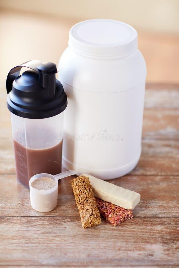 Ciérrese para arriba de la comida y de los añadidos de la proteína en la tabla foto de archivo