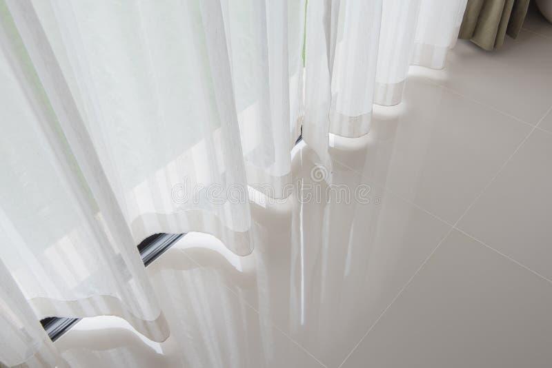 ciérrese para arriba de la cortina, parte de pañerías en la ventana fotografía de archivo libre de regalías