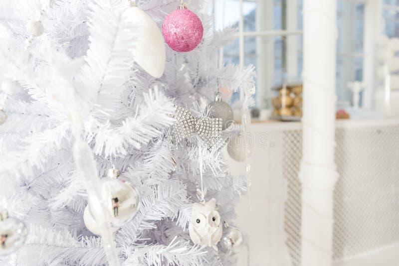 Ciérrese para arriba de la decoración blanca del árbol de navidad con rosa, la malla de plata y blanca, bolas del brillo y una es fotos de archivo libres de regalías