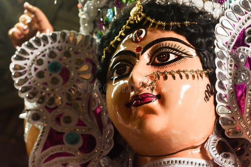 Ci?rrese para arriba de la diosa Maa Durga Idol Un s?mbolo de la fuerza y del poder El retrato fue tomado durante las celebracion imagen de archivo