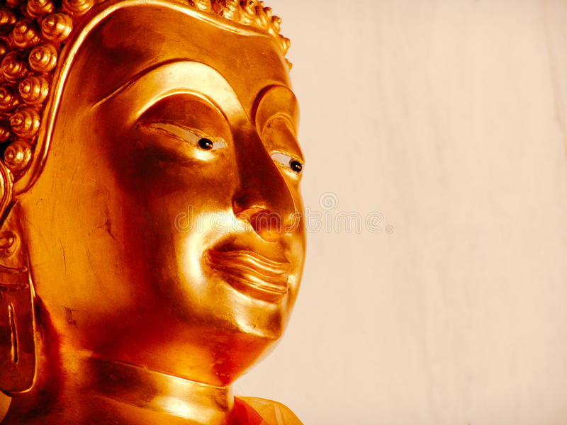 Ciérrese para arriba de la estatua de oro de la cabeza de Buda en Ayutthaya Tailandia imágenes de archivo libres de regalías