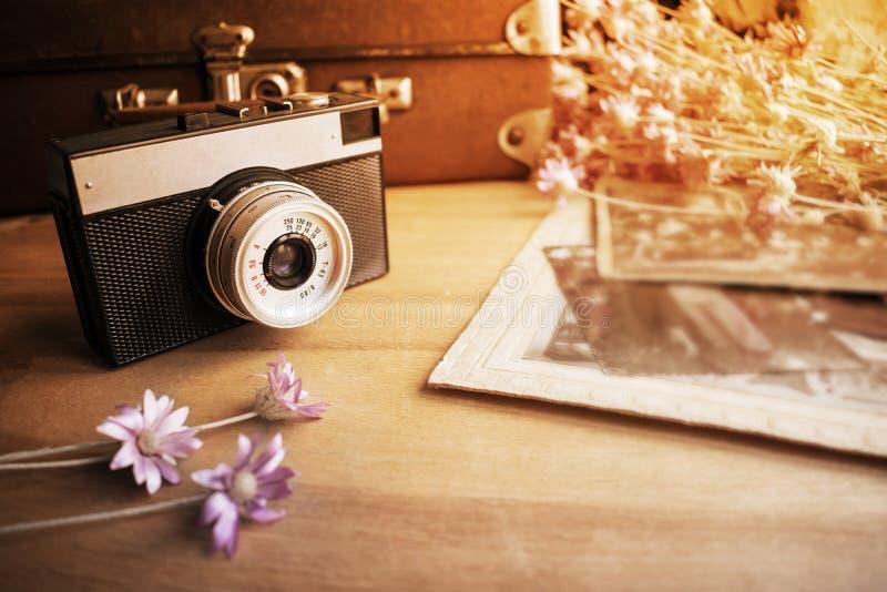 Ciérrese para arriba de la lente de cámara vieja sobre blurredbackground del viejo leathe fotografía de archivo
