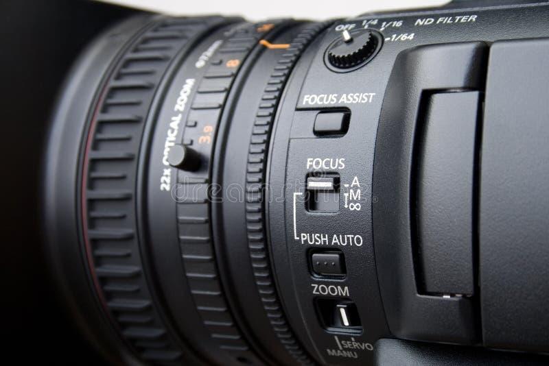 Ciérrese para arriba de la lente profesional de la cámara de vídeo fotos de archivo libres de regalías