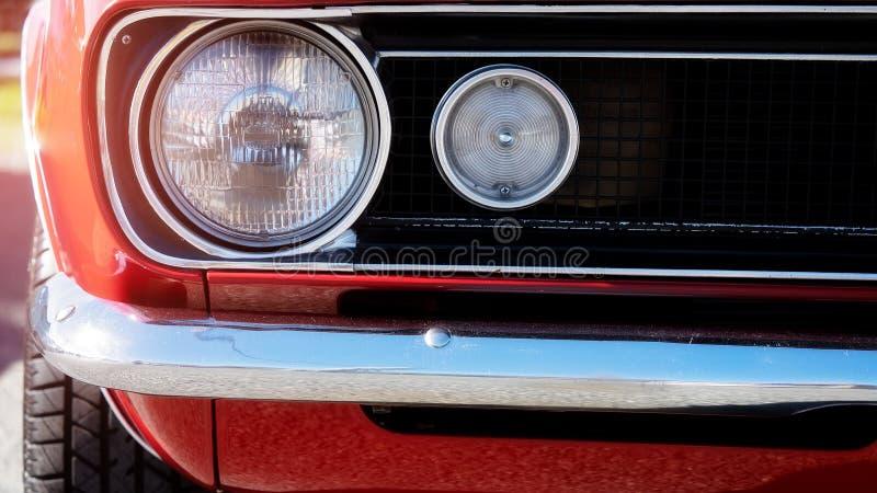 Ciérrese para arriba de la linterna clásica roja del coche imagenes de archivo