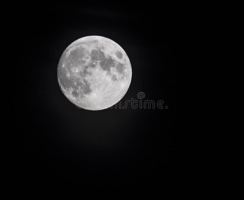 Ciérrese para arriba de la Luna Llena vista con el telescopio del hemisferio norte Fondo negro fotografía de archivo libre de regalías