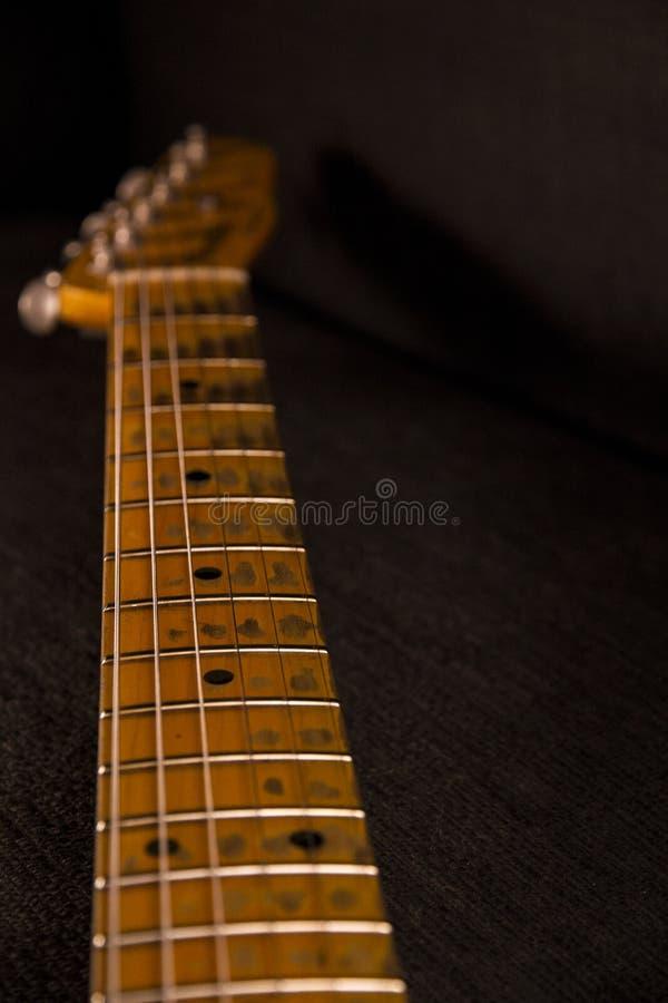 Ciérrese para arriba de la manija de la guitarra eléctrica con llaves afilada con piedra y pelada de uso foto de archivo libre de regalías
