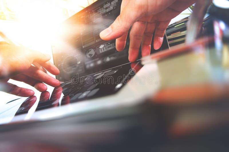 Ciérrese para arriba de la mano del diseñador que trabaja con el ordenador portátil en de madera fotos de archivo