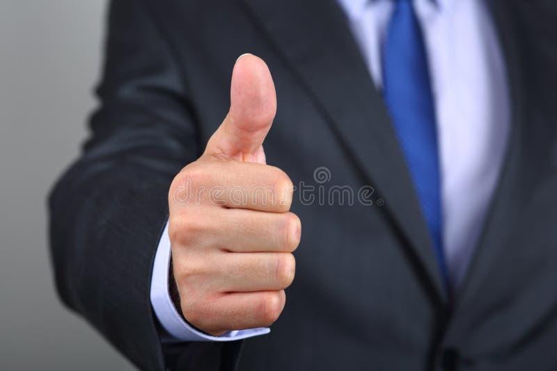 Ciérrese para arriba de la mano del hombre de negocios con el pulgar para arriba fotos de archivo