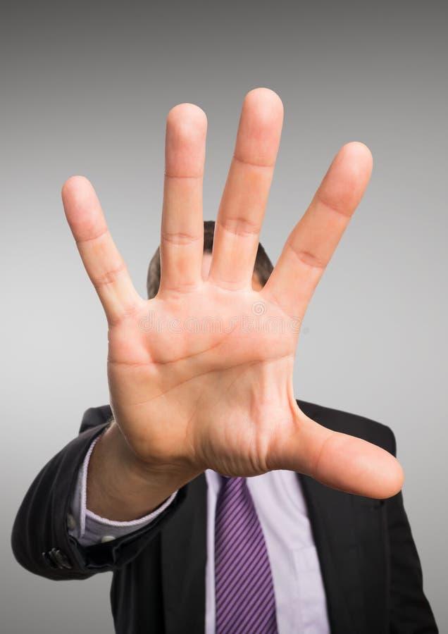 Ciérrese para arriba de la mano del hombre de negocios contra fondo gris fotos de archivo
