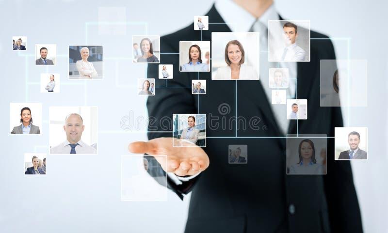 Ciérrese para arriba de la mano del hombre que muestra contactos comerciales imagen de archivo libre de regalías