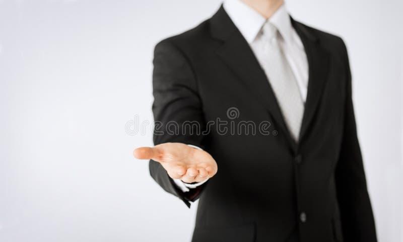 Ciérrese para arriba de la mano del hombre que muestra la palma vacía imagenes de archivo
