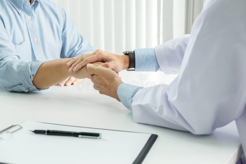 Ciérrese para arriba de la mano paciente conmovedora del doctor para el estímulo y de la empatía en el paciente del hospital, el  imagenes de archivo