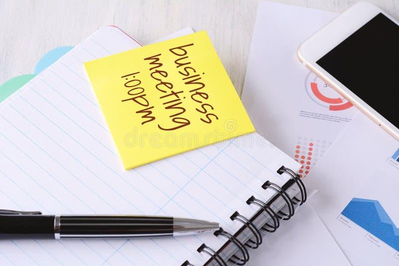 Ciérrese para arriba de la materia del negocio con los dispositivos de la tecnología y el PA pegajoso imagen de archivo