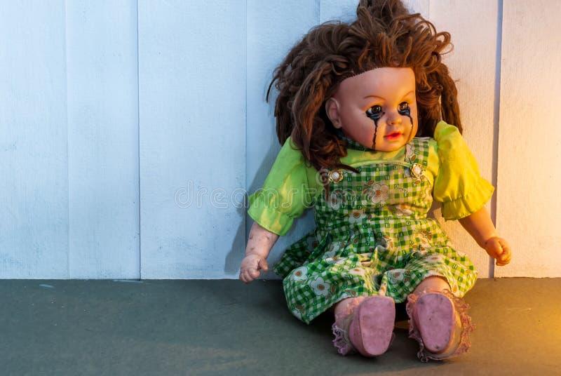 Ciérrese para arriba de la muñeca asustadiza foto de archivo