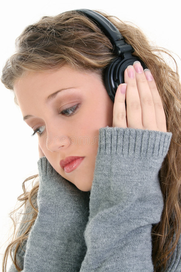 Ciérrese para arriba de la muchacha adolescente hermosa que escucha los auriculares foto de archivo libre de regalías