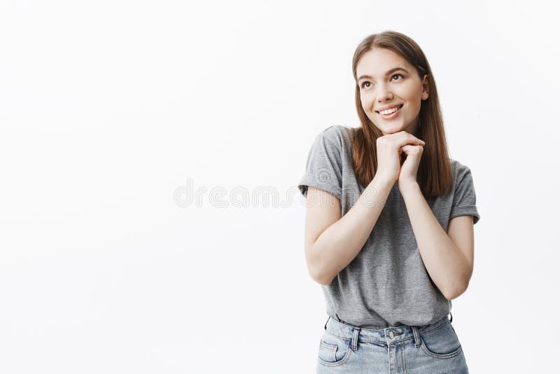 Ciérrese para arriba de la muchacha joven apuesta encantadora del estudiante con el pelo oscuro y los ojos en equipo casual que s foto de archivo libre de regalías