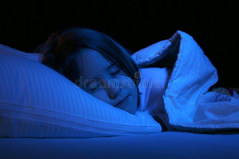 Ciérrese para arriba de la muchacha que duerme en la almohadilla fotografía de archivo