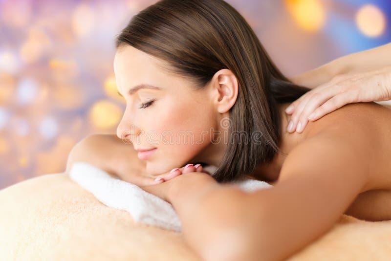 Ciérrese para arriba de la mujer hermosa que tiene masaje en el balneario imagen de archivo
