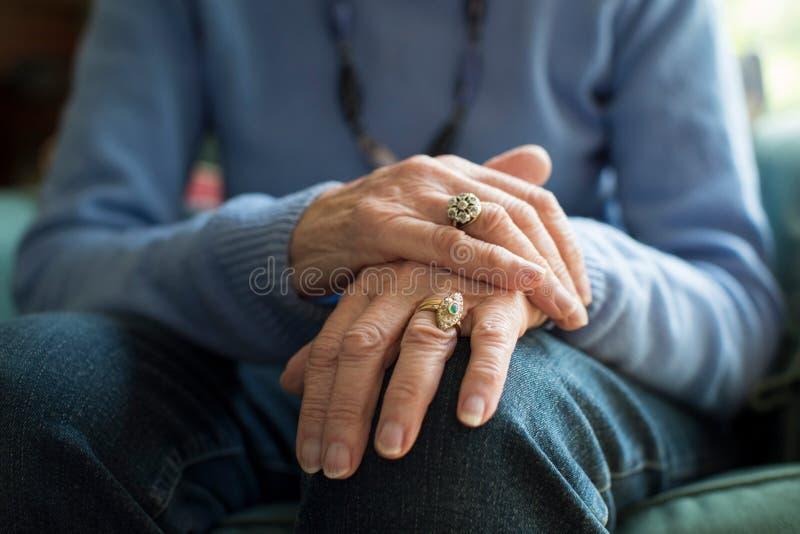 Ciérrese para arriba de la mujer mayor que sufre con Parkinsons Diesease imágenes de archivo libres de regalías
