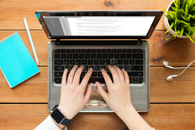Ciérrese para arriba de la mujer o del estudiante que mecanografía en el ordenador portátil foto de archivo