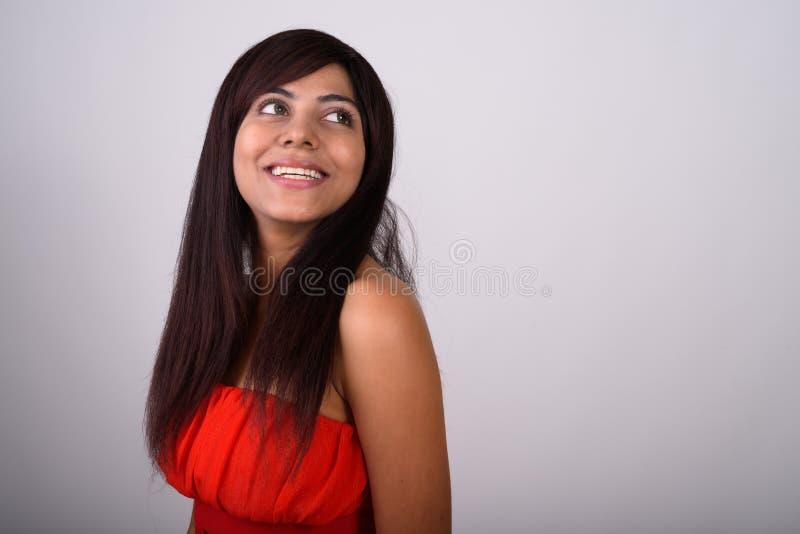 Ciérrese para arriba de la mujer persa feliz joven que sonríe mientras que piensa whi imágenes de archivo libres de regalías