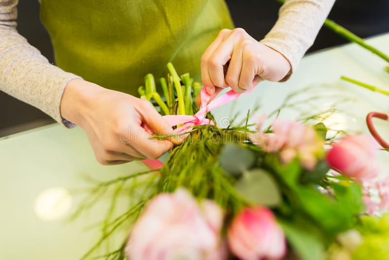 Ciérrese para arriba de la mujer que hace el manojo en la floristería fotos de archivo libres de regalías