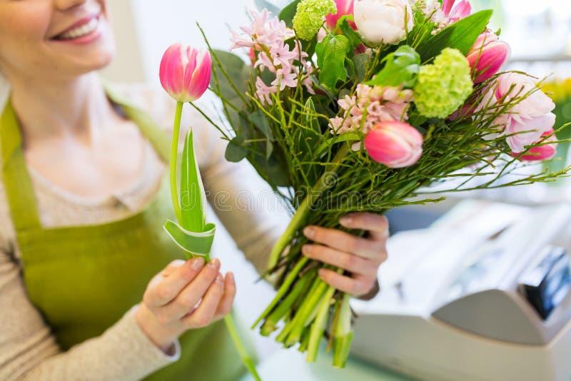 Ciérrese para arriba de la mujer que hace el manojo en la floristería imágenes de archivo libres de regalías