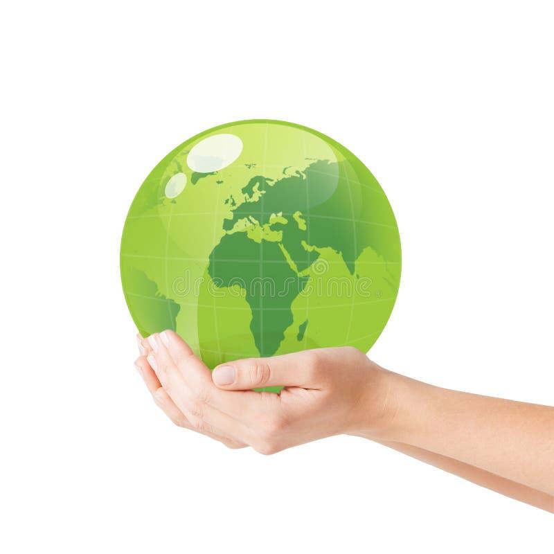 Ciérrese para arriba de la mujer que sostiene el globo verde en sus manos imagen de archivo