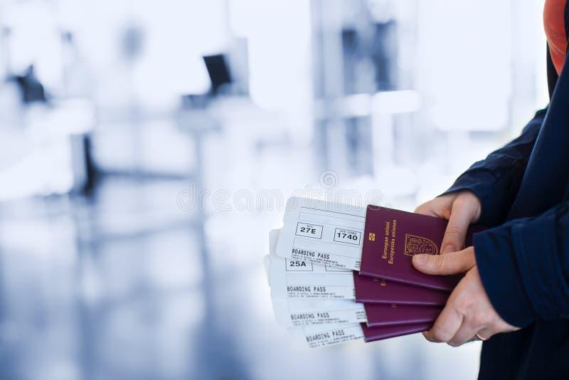 Pasaportes y documentos de embarque fotos de archivo libres de regalías