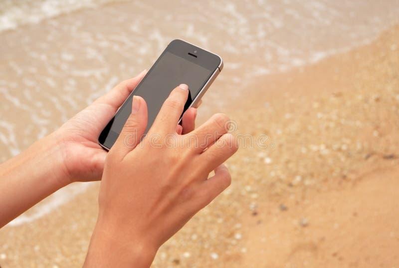 Ciérrese para arriba de la mujer que usa el teléfono elegante móvil fotos de archivo libres de regalías