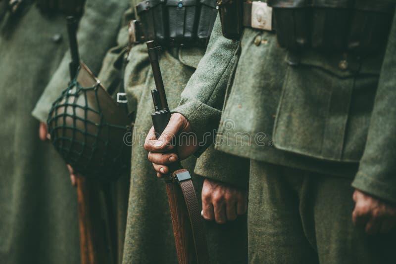 Ciérrese para arriba de la munición militar alemana de un soldado alemán fotografía de archivo
