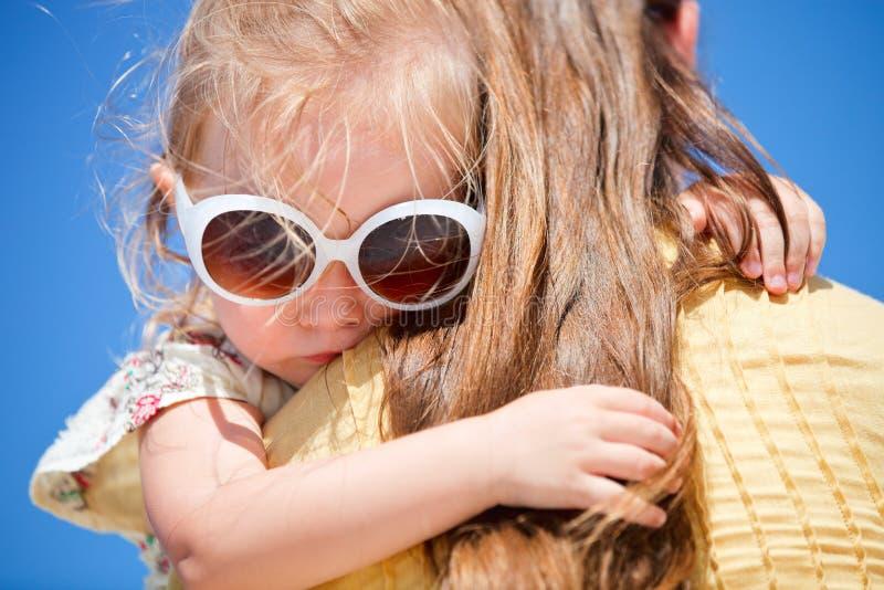 Ciérrese para arriba de la niña que abraza a la mama fotos de archivo libres de regalías