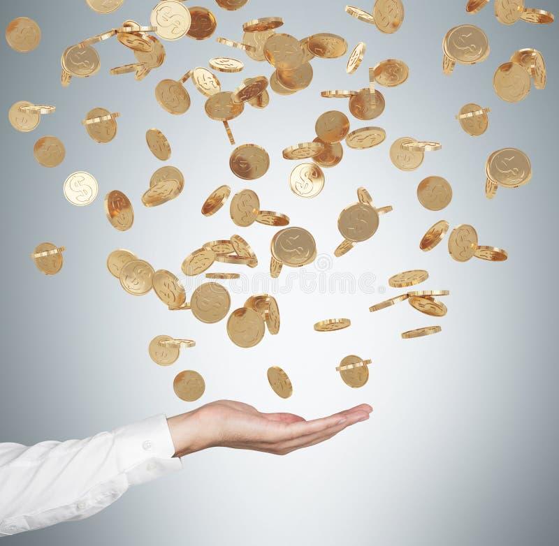 Ciérrese para arriba de la palma abierta y de las monedas de oro del dólar que caen del techo fotos de archivo libres de regalías